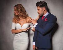 La donna elegante sta spingendo il suo uomo via Fotografie Stock Libere da Diritti