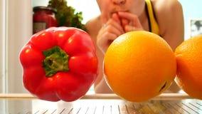 La donna elimina il pepe dal frigorifero aperto video d archivio