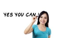 La donna emozionante scrive la parola di motivazione Fotografia Stock Libera da Diritti