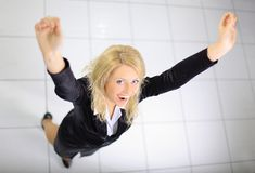 La donna energica di affari con le sue braccia si è alzata Fotografie Stock Libere da Diritti