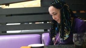 La donna esagerata adulta senior in vestiti di ogni giorno è annoiata ed attende il suo ordine in un ristorante o in un caffè all archivi video