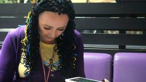La donna esagerata adulta senior in vestiti di ogni giorno è annoiata ed attende il suo ordine in un ristorante o in un caffè all video d archivio