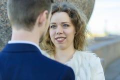 La donna esamina con uno sguardo felice il suo uomo fotografia stock libera da diritti