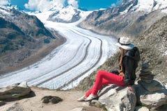 La donna esamina il aletsch del ghiaccio Immagine Stock
