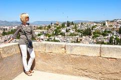 La donna esamina la città di Granada Fotografia Stock