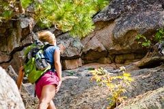 La donna esamina la roccia Immagini Stock