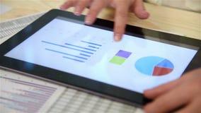 La donna esamina le statistiche di borsa valori archivi video