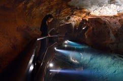 La donna esamina lo stagno di acqua in Ne blu delle montagne delle caverne di Jenolan Fotografia Stock Libera da Diritti