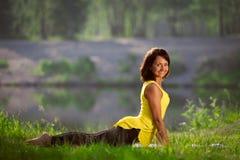 La donna esegue gli esercizi e Pilates di yoga in natura Fotografia Stock Libera da Diritti