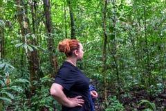 La donna europea ha perso nella riserva faunistica di Cuyabeno, Sucumbios Prov fotografie stock