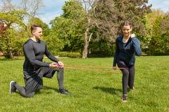 La donna fa gli esercizi di allenamento della gamba Immagini Stock