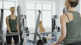La donna fa gli esercizi per i suoi bicipiti archivi video