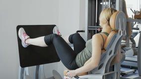 La donna fa gli esercizi per il suoi quadricipite e stinco archivi video