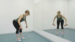 La donna fa gli esercizi per il tricipite archivi video