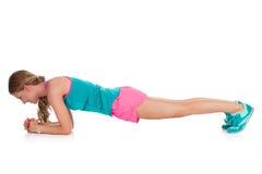 La donna fa l'allenamento della plancia Fotografia Stock