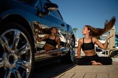 La donna fa l'esercizio di yoga fotografia stock libera da diritti