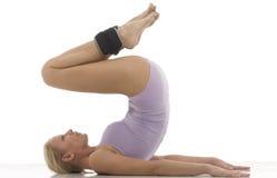La donna fa la ginnastica con i pesi della caviglia Immagini Stock