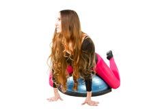 La donna fa la stirata sulla posa di yoga immagini stock