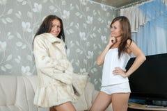 La donna fa la vanteria del cappotto di pelliccia Fotografia Stock