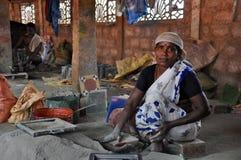 La donna fa le mattonelle Fotografie Stock Libere da Diritti