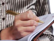 La donna fa record da una penna fotografia stock libera da diritti