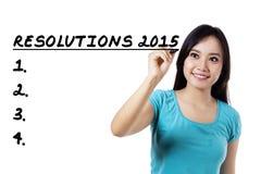 La donna fa una lista delle sue risoluzioni Immagini Stock Libere da Diritti