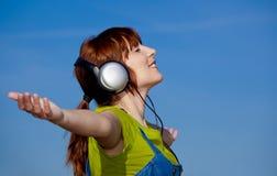 La donna felice ascolta musica Fotografia Stock Libera da Diritti