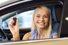 La donna felice che ottiene l'automobile digita l'esposizione automatica o il salone Immagini Stock Libere da Diritti