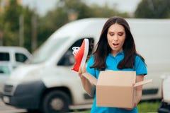 La donna felice che riceve le scarpe di sport ha comprato online immagini stock