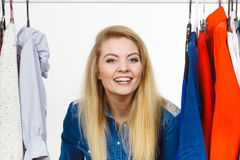 La donna felice copre l'acquisto Fotografia Stock