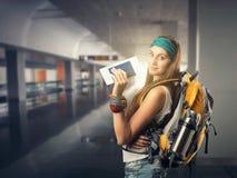 La donna felice del viaggiatore sta aspettando un volo Immagini Stock Libere da Diritti