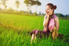 La donna felice dell'agricoltore che si siede in riso ha archivato, la Tailandia Fotografia Stock