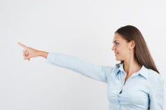 La donna felice di affari che mostra lo spazio in bianco è Fotografia Stock