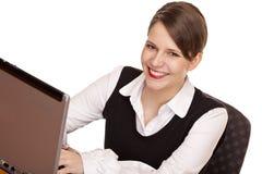 La donna felice di affari lavora a compputer Immagini Stock