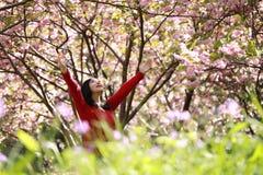 La donna felice di libertà che ritiene viva e libera in natura che respira l'aria pulita e fresca fotografia stock