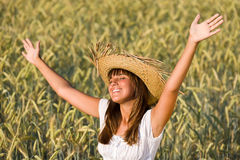 La donna felice gode del sole nel campo di cereale Fotografia Stock