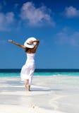 La donna felice gode della spiaggia sulle Maldive fotografia stock libera da diritti
