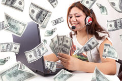La donna felice guadagna i soldi online Fotografia Stock Libera da Diritti