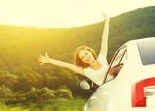 La donna felice guarda fuori la finestra di automobile sulla natura Fotografia Stock Libera da Diritti