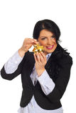 La donna felice ha messo la moneta in banca piggy Immagine Stock Libera da Diritti