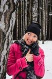 La donna felice meravigliosa parla al telefono cellulare fotografia stock libera da diritti