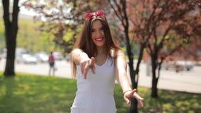 La donna felice nel parco della citt? gode di un giorno di estate archivi video