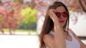 La donna felice nel parco della citt? gode di un giorno di estate vicino all'albero stock footage