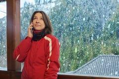 La donna felice parla sul telefono nell'inverno immagine stock libera da diritti