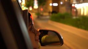 La donna felice pende fuori la finestra di automobile laterale del passeggero archivi video