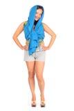 La donna felice si è vestita in breve e le pose di pareo Fotografia Stock Libera da Diritti