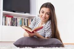 La donna felice si rilassano ed il libro di lettura Fotografia Stock