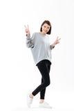 La donna felice sorridente che mostra la pace gesture con due mani fotografia stock libera da diritti