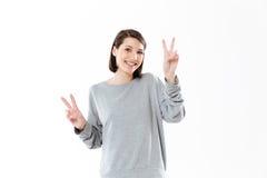 La donna felice sorridente che mostra la pace gesture con due mani immagini stock libere da diritti