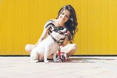 La donna felice sta sedendo con il bulldog francese Immagine Stock Libera da Diritti